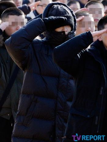 TOP(BIGBANG)の敬礼